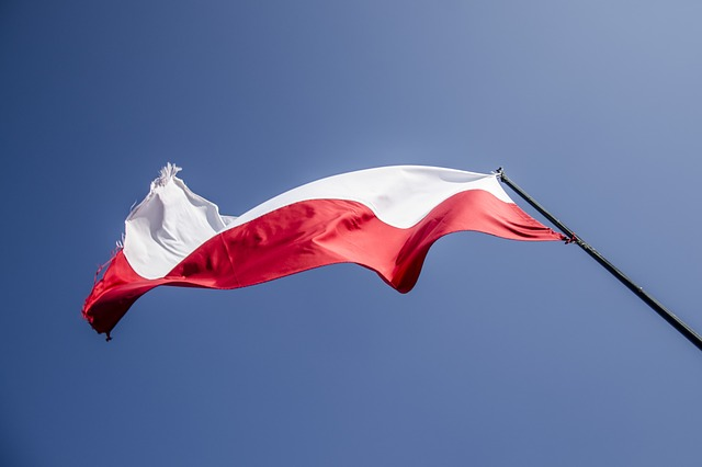 polska flaga powiewająca na wietrze