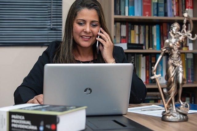 Prawniczka podczas rozmowy telefonicznej